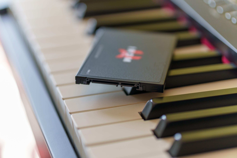 Dysk SSD GoodRam IRDM Pro 1 TB leżący na klawiaturze instrumentu muzycznego
