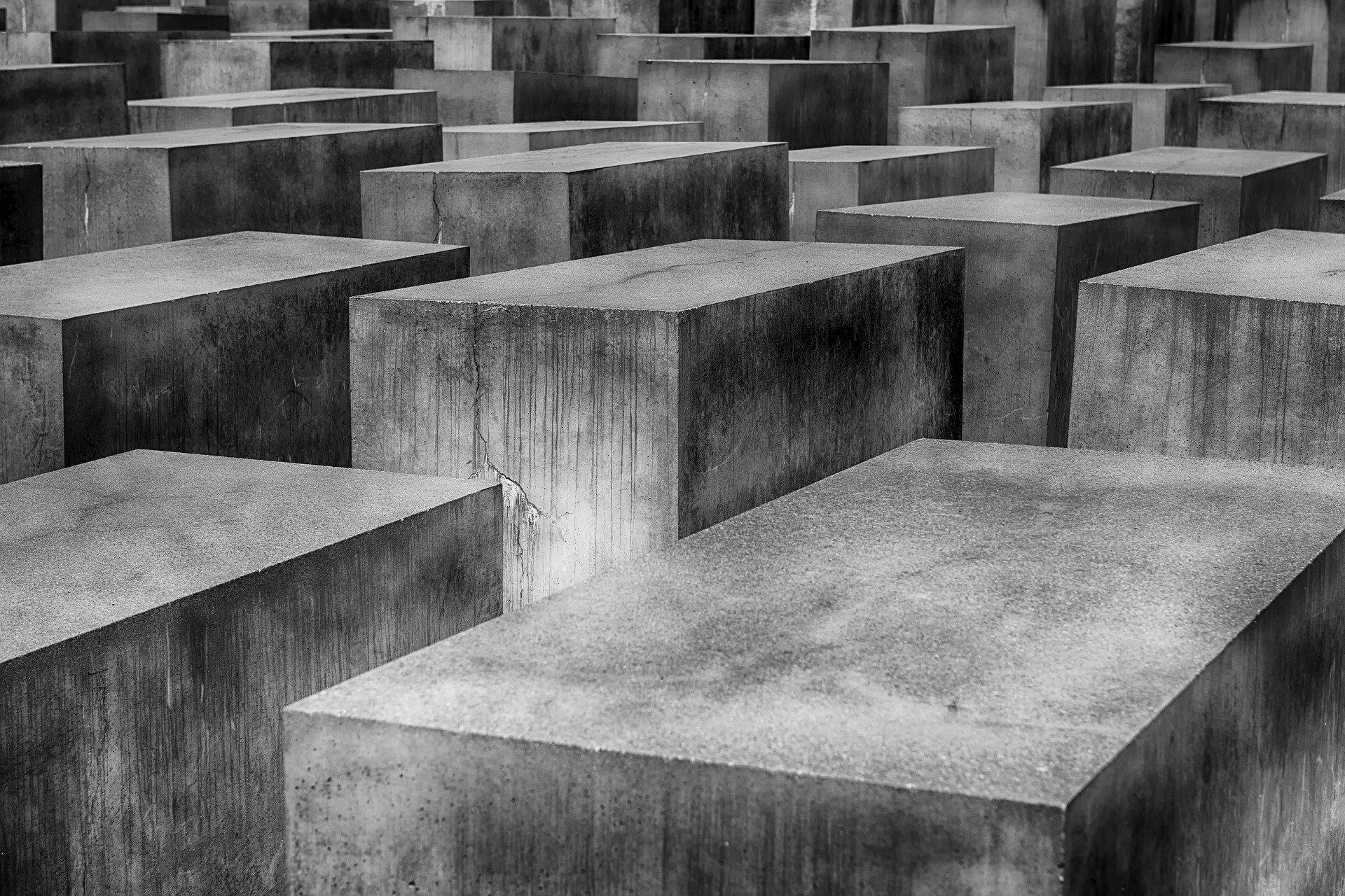 Facebook będzie teraz banował treści negujące Holokaust