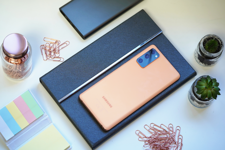 Najtańsze smartfony z ładowaniem indukcyjnym trudno nazwać tanimi. Które są warte uwagi?