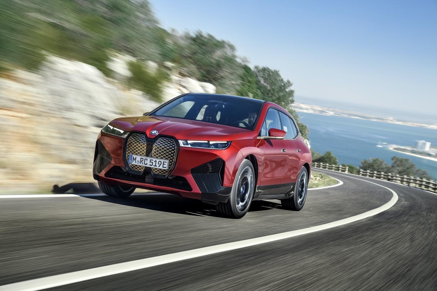 BMW iX - elektryczny, futurystyczny SUV z ogromnym grillem