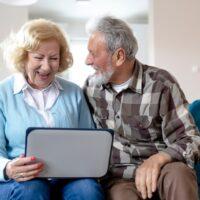 dziadek babcia seniorzy laptop komputer tablet