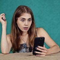 dziewczyna girl zaskoczenie smartfon zdziwienie surprise