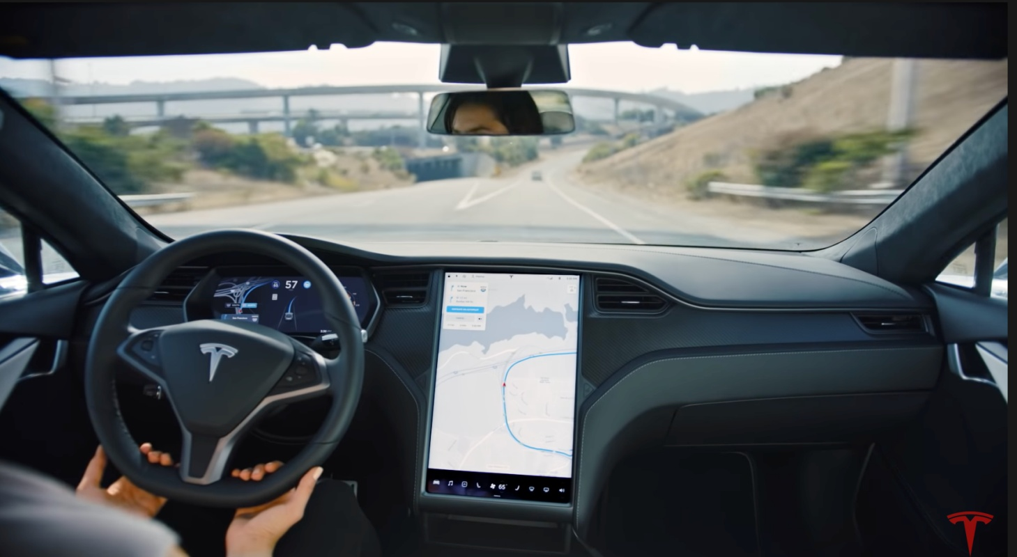 Tesla – ekrany wewnątrz.