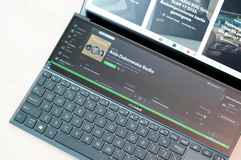 dwa ekrany w laptopie Asus Zenbook Duo 14