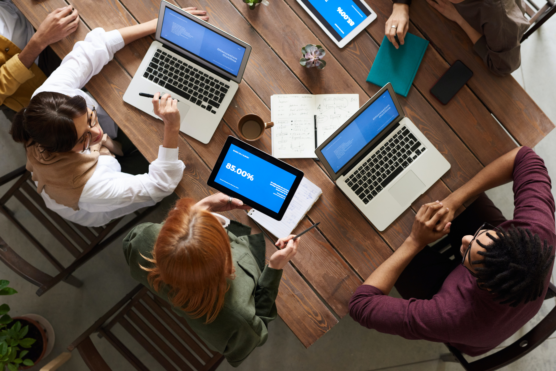 Ludzie korzystają z laptopów