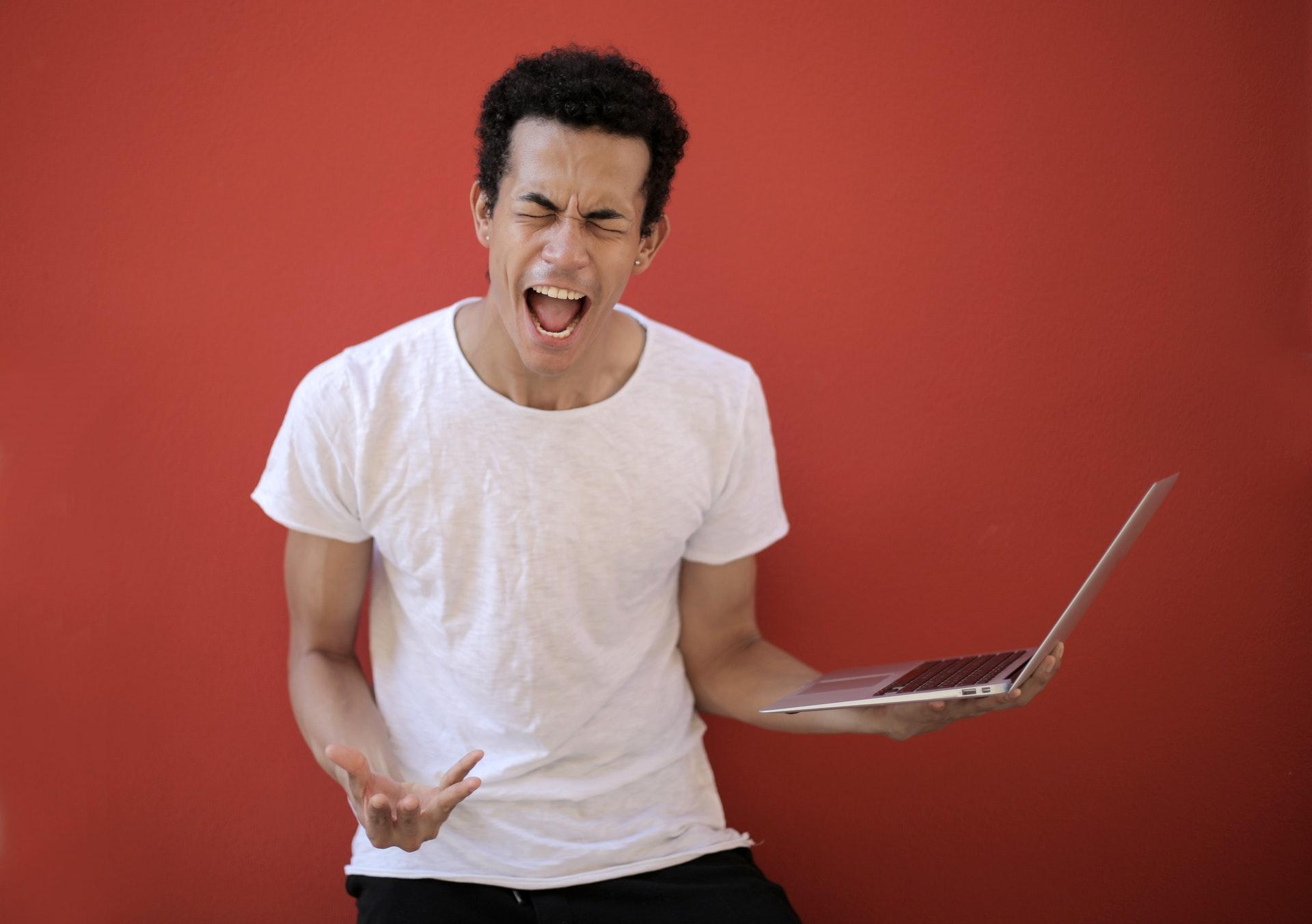 man mężczyzna złość no nie laptop