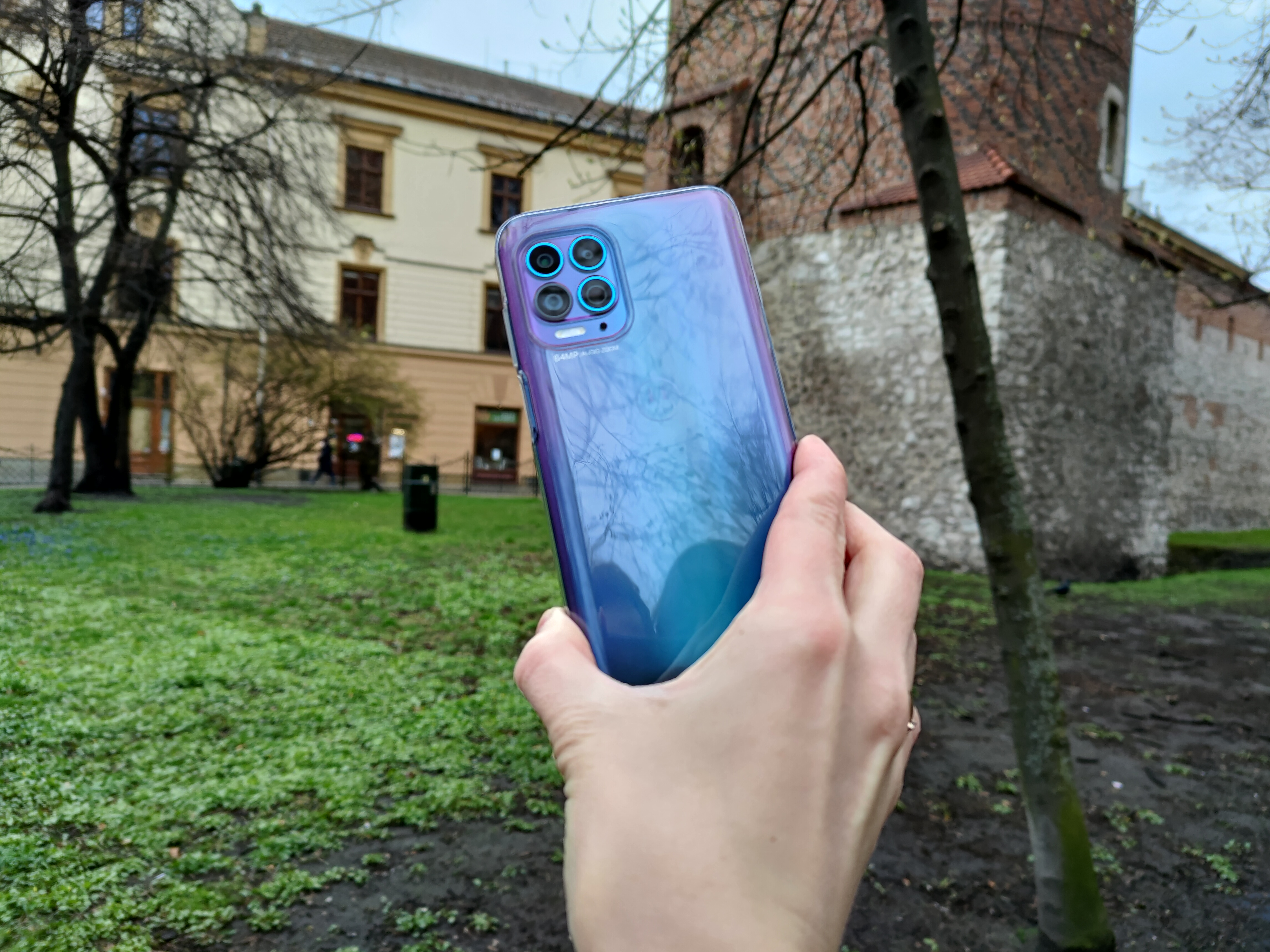 Recenzja Motorola moto g100 - Zestawowe etui - fot. Tabletowo.pl