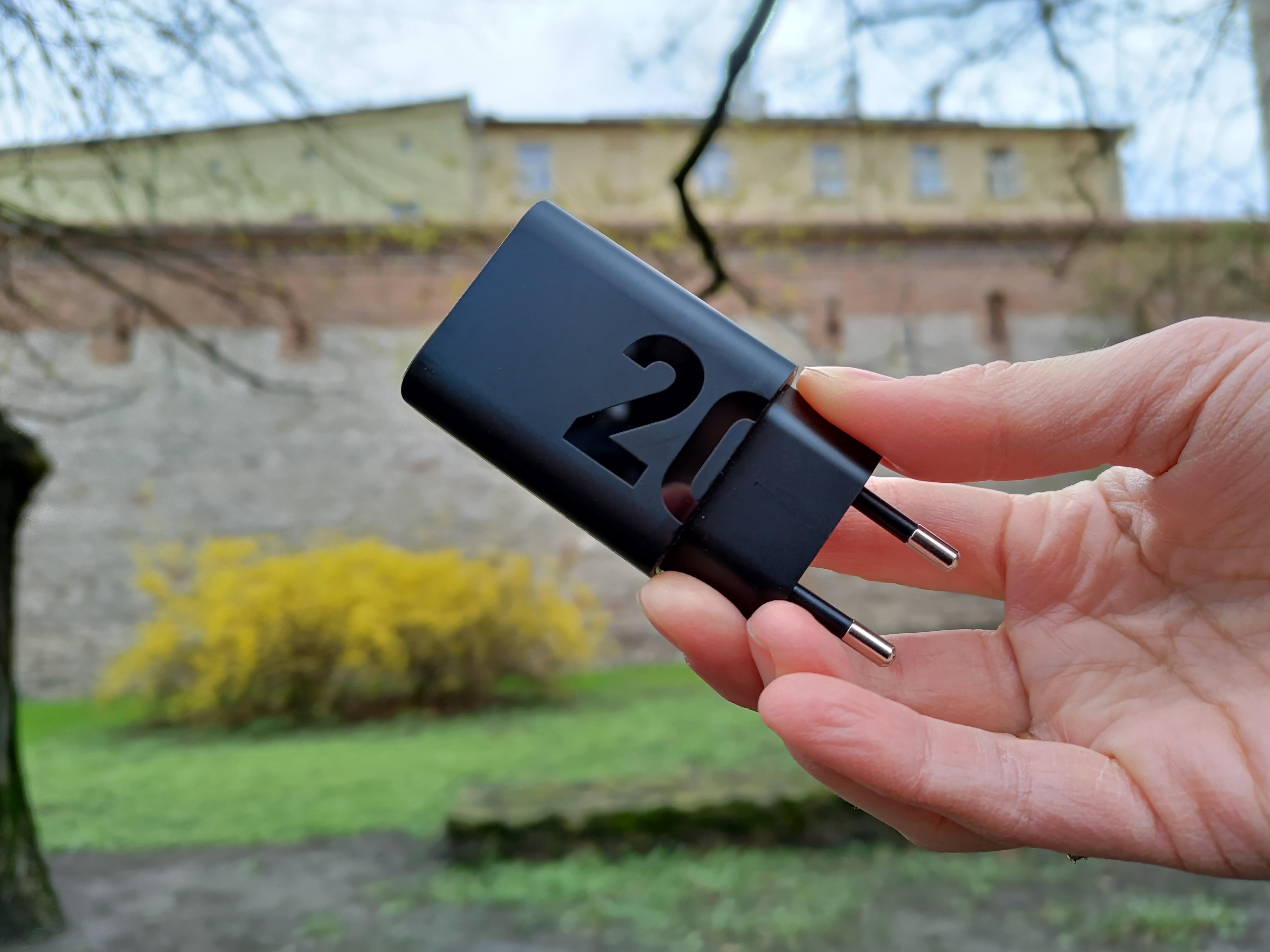 Recenzja Motorola Moto G100 - Ładowarka z zestawu - fot. Tabletowo.pl