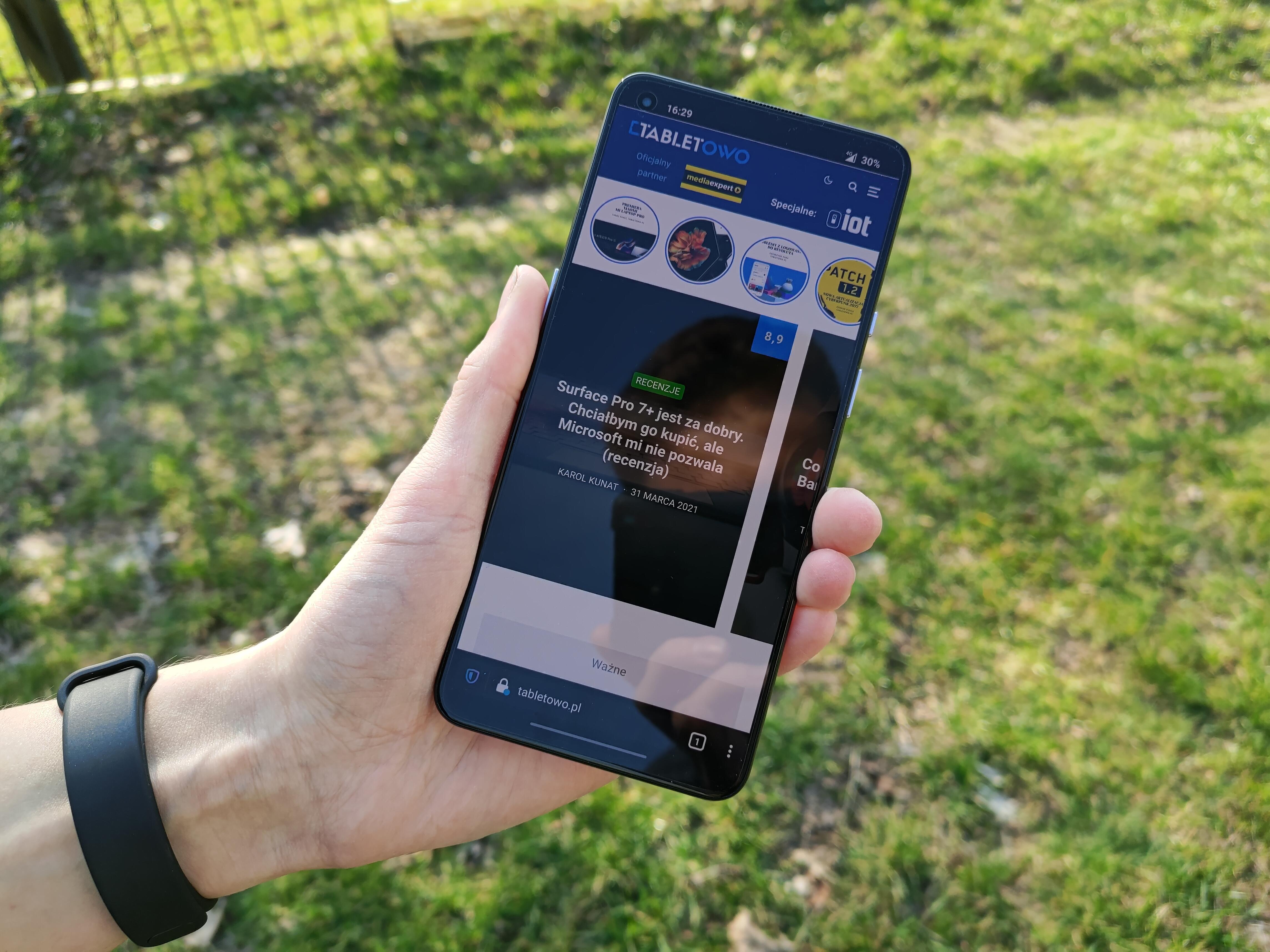 Recenzja OnePlus 9 5G - Front telefonu - fot. Tabletowo