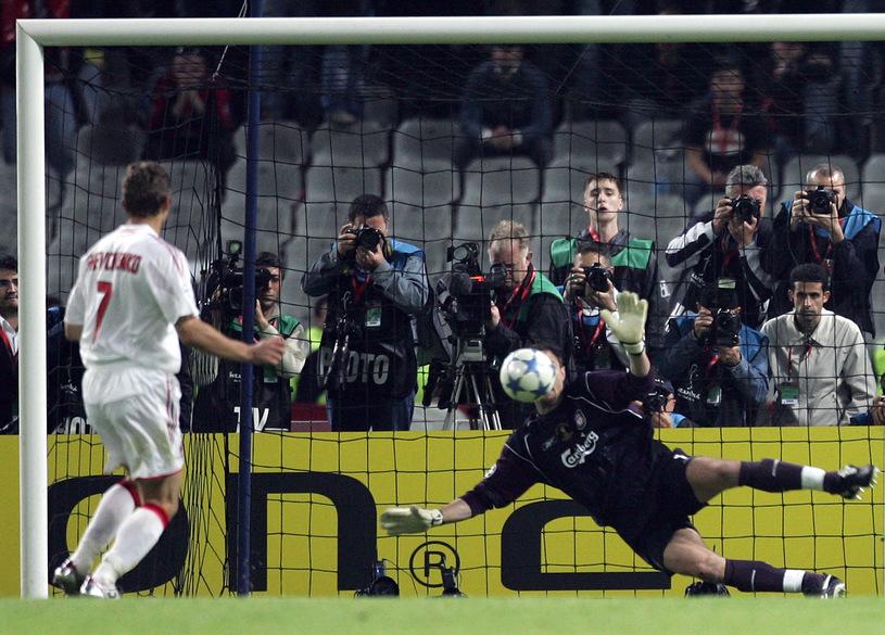 Jerzy Dudek broni strzał Andrija Szewczenki. Jeden z największych sukcesów polskiego futbolu. (źródło: AFP)