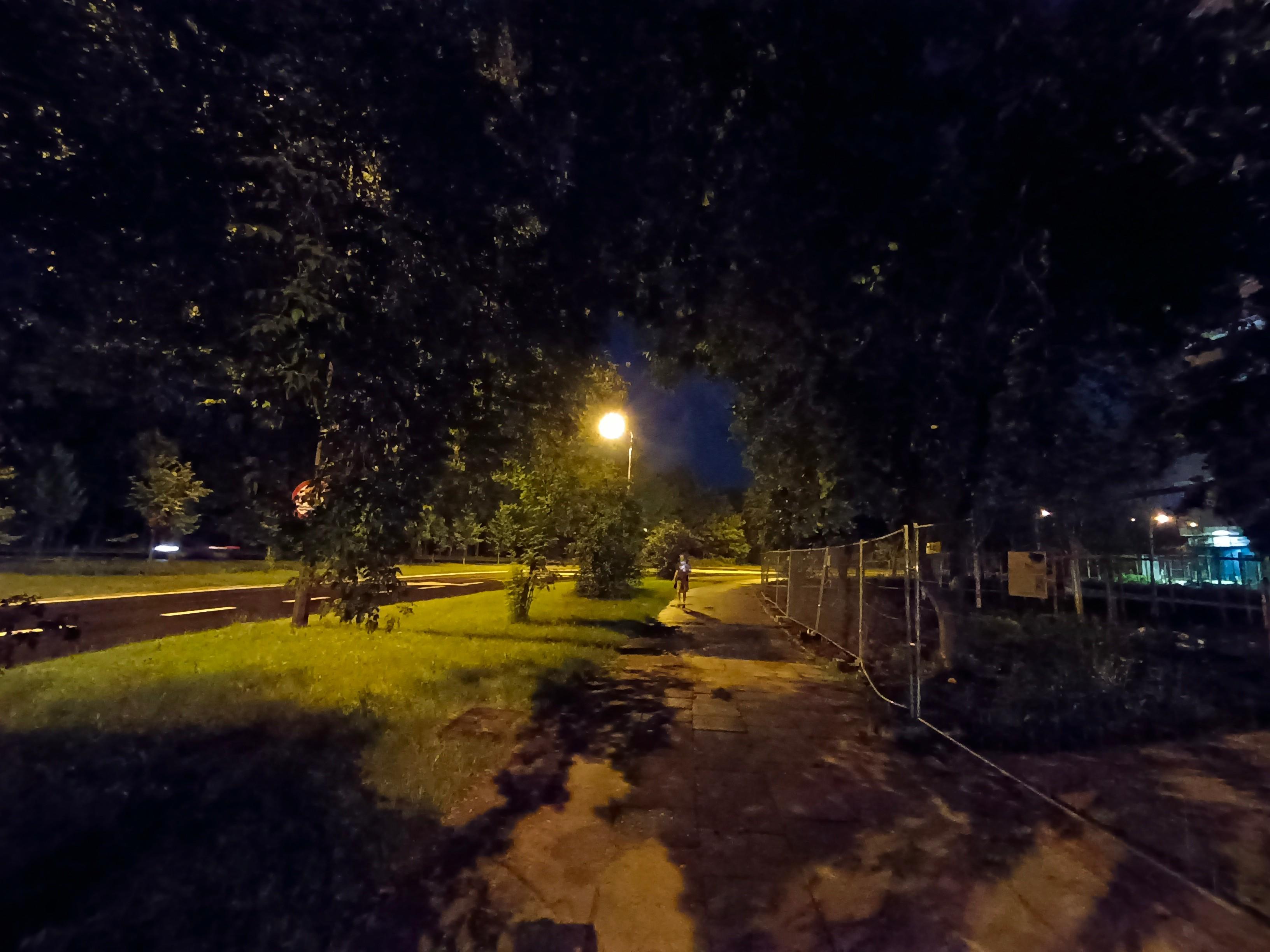 Recenzja Vivo Y72 5G - Noc - fot. Tabletowo.pl
