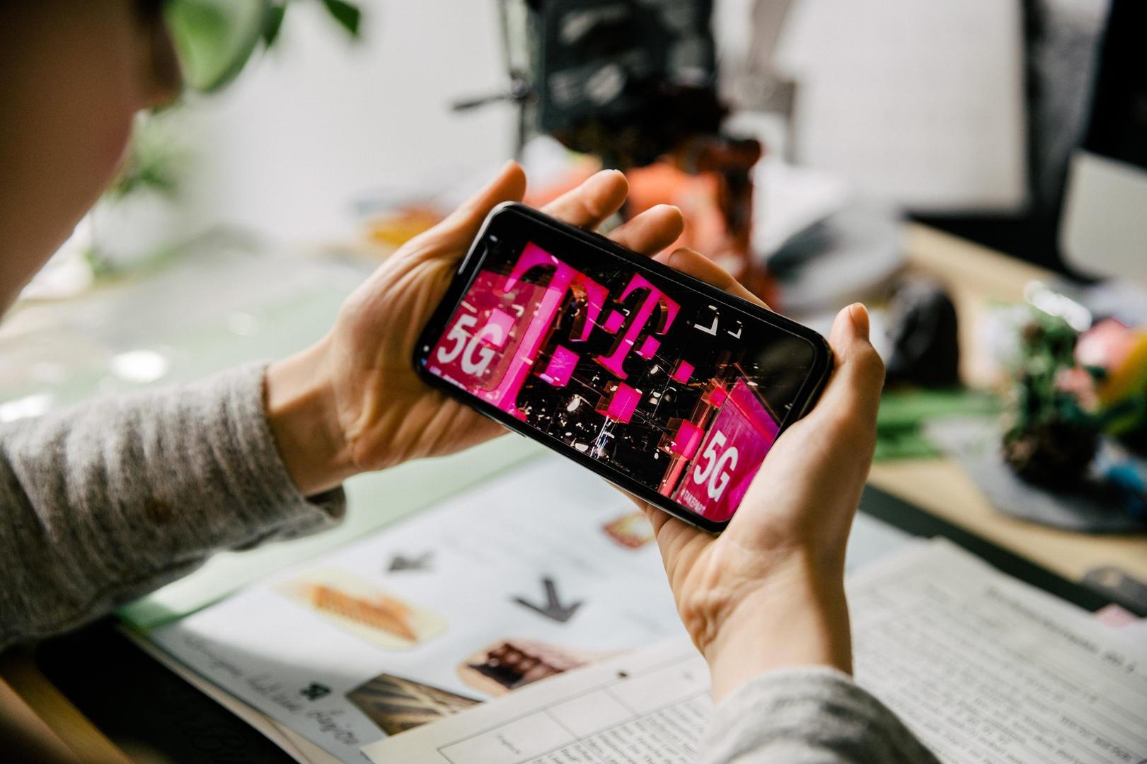 T-Mobile 5G logo smartfon