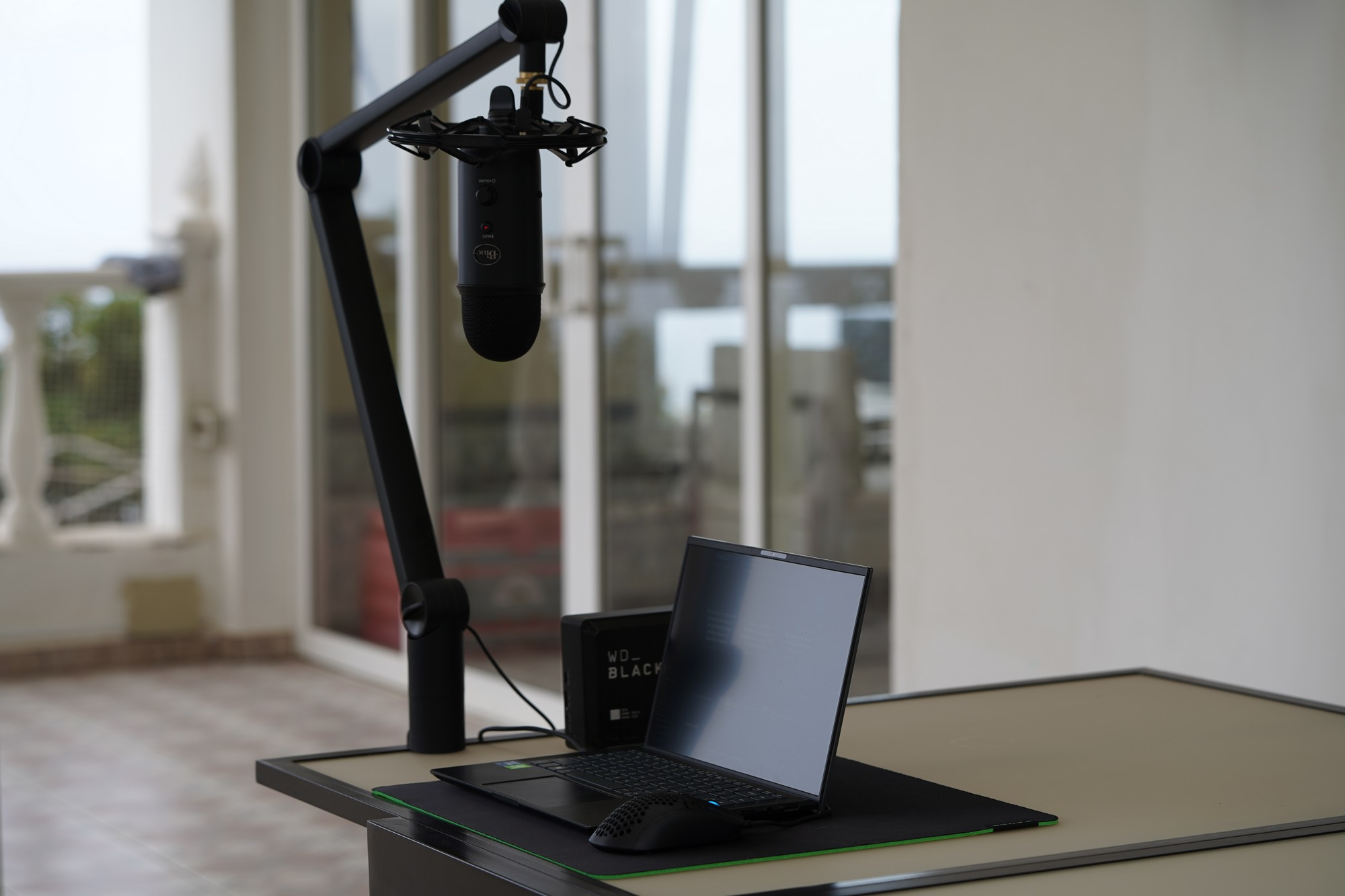 Wielkie porównanie pojemnościowych mikrofonów - Blue Yeticaster Broadcast Bundle