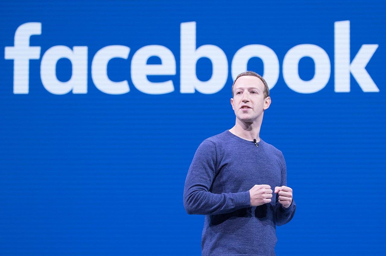 Mark Zuckerberg na tle logo Facebooka